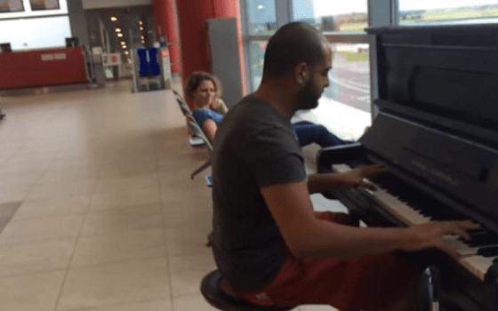 空港の待合所に突如現れたTシャツ&半パン姿の男性が突然ピアノ演奏を披露!! そのパフォーマンスに待合客釘付け!