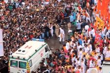 フェスティバルの最中にもかかわらず救急車のために一瞬で道ができるインド。一方、日本では…