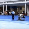 広場のど真ん中に置かれたドラムセットを見つけた警察官。注意するのかと思いきや、予想外の行動に!!!