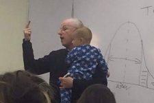 赤ちゃんを抱っこしながら講義するおじいちゃん教授が世界中のママから称賛!その理由とは…